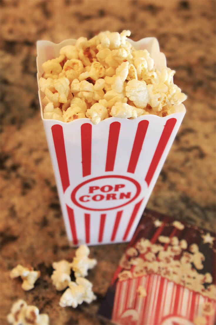 Movie popcorn in reusable plastic popcorn containers. Perfect for a Movie Star party! Halfpint Design. Movie party, Oscar party, Rock Star party ideas.