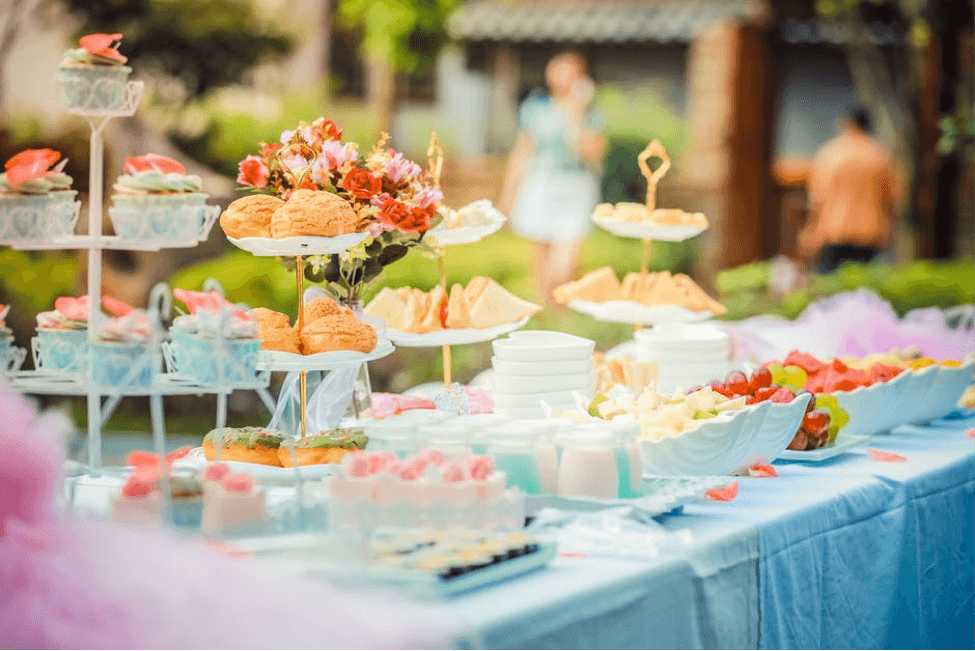 Outdoor party food buffet on Plan a children's party on a budget