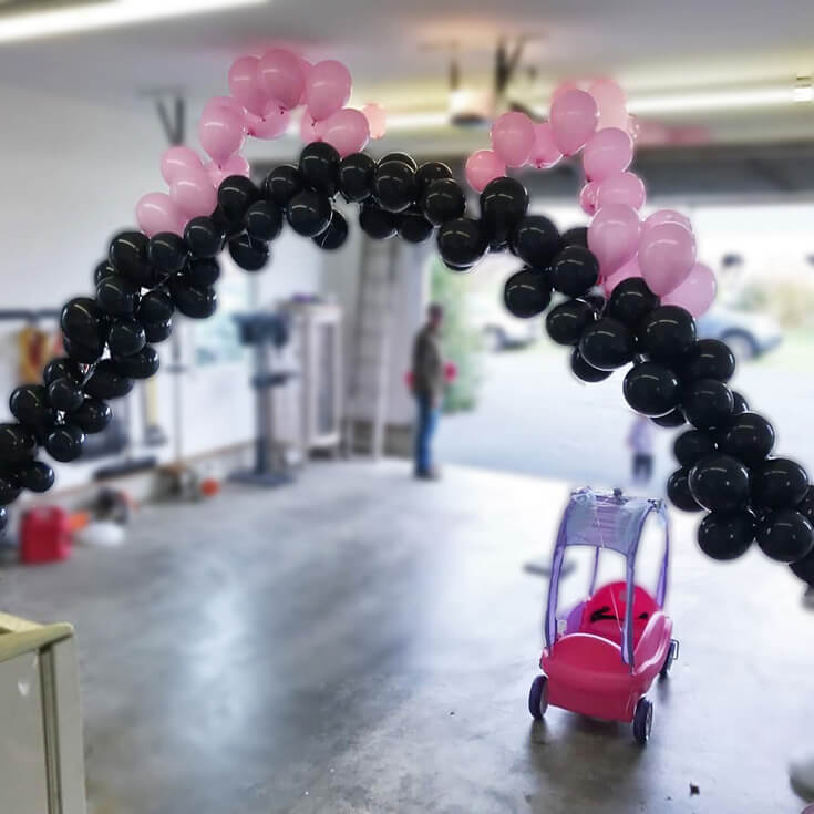 Black and pink balloon arch for Minnie Mouse first birthday party