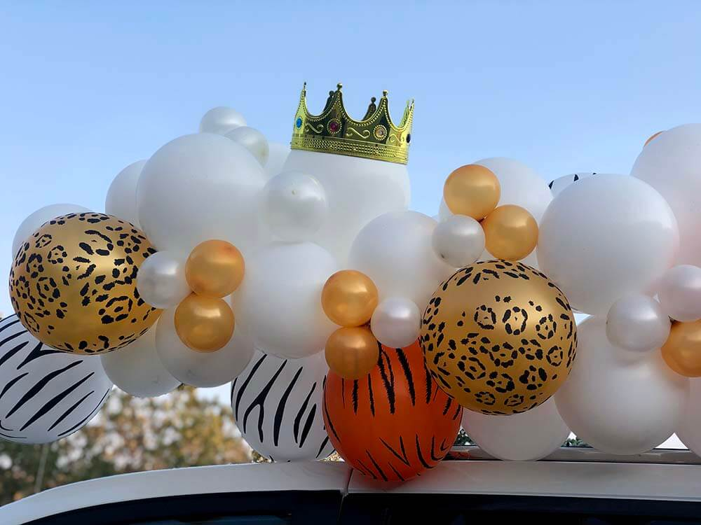 Animal print balloon garland with tiger king crown
